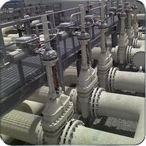 闸阀是作为截止介质使用,在全开时整个流通直通,此时介质运行的压力损失较小。闸阀通常适用于不需要经常启闭,而且保持闸板全开或全闭的工况。不适用于作为调节或节流使用。