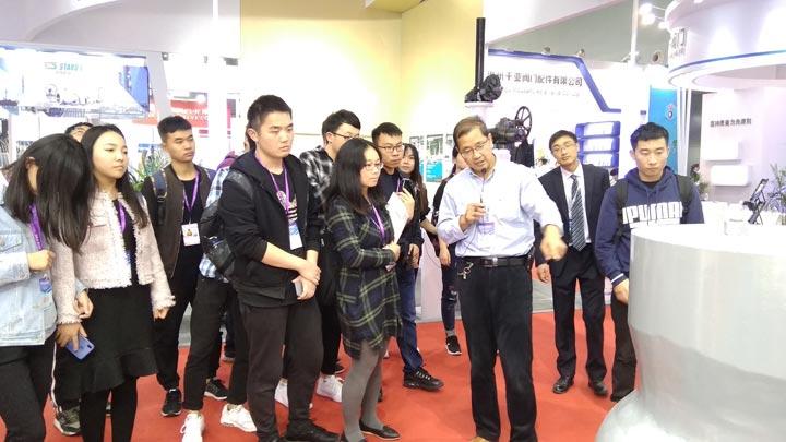 邱晓来为上海机械学院的学生们讲解